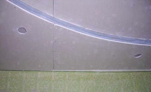 Прорезка отверстий для светильников в гипсокартоне.